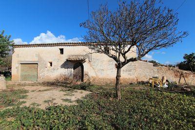 Diese schone Finca benotigt eine vollstandige Restaurierung und liegt am Ortsrand von  Santa Maria del Cami   nur zwei Minuten vom Dorfzentrum entfernt
