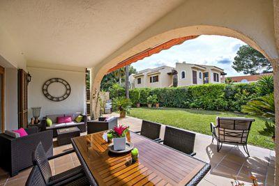 This bright and private garden apartment is located in the Mediterranean style development Pinomar in Nova Santa Ponsa