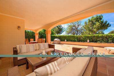 In ruhiger Lage in 1  Linie zum Golfplatz  liegt dieses Anwesen  dass einen eigenen Garten und grose Terrassen bietet