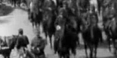 Дефиле на воен оркестар, кочии и коњаници STREAMING