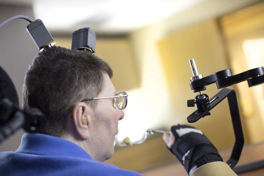 Un tétraplégique retrouve l'usage de son bras et de sa main | Brigitte CASTELNAU | Médecine