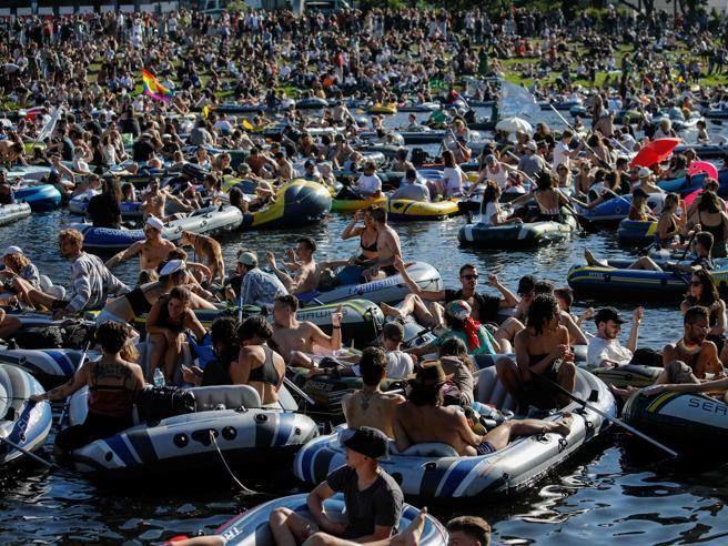 Berlino 3mila mega party sull'acqua travestito protesta). Focolaio Gottinga dopo due feste