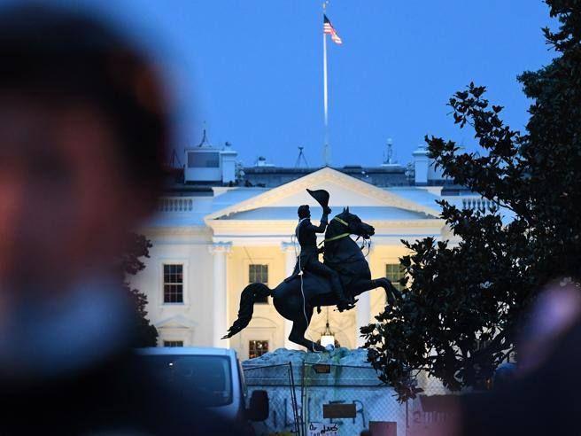 Manifestanti contro statua Jackson vicino alla Casa Bianca