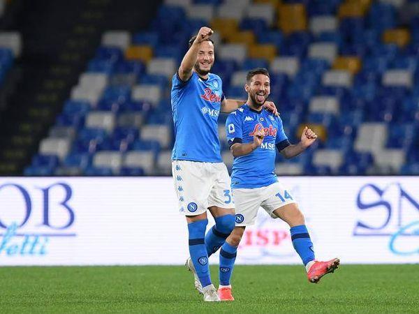 Napoli-Benevento 2-0: Mertens torna titolare e segna con Politano. Espulso Koulibaly