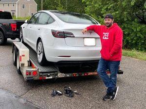 Ripara la sua Tesla con 700 dollari: l'assistenza ufficiale gliene aveva chiesti 16 mila