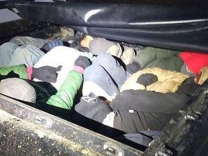 Traffico di migranti, 15 persone stipate nel cassone di un pickup