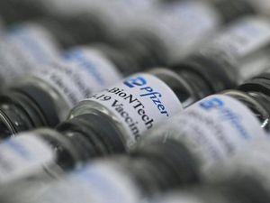 Vaccino Pfizer, l'efficacia diminuisce dopo sei mesi. Serve una terza dose?