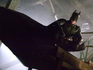 «Batman Begins» in tv. Il calvario di Christian Bale in palestra e l'incidente con la Batmobile. I 12 segreti del film