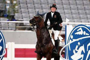Pentathlon, l'allenatrice tedesca picchia il cavallo che non salta: espulsa dai Giochi