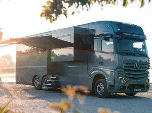 Sedili massaggianti, tv da 55 pollici e «garage» per una Ferrari: il super caravan da 2 milioni