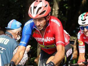 Rebellin, primo over 50 al traguardo tra i professionisti: è in gara al Giro di Romania