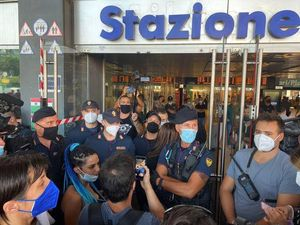 «No Green Pass», da Milano a Palermo flop delle manifestazioni fuori dalle stazioni