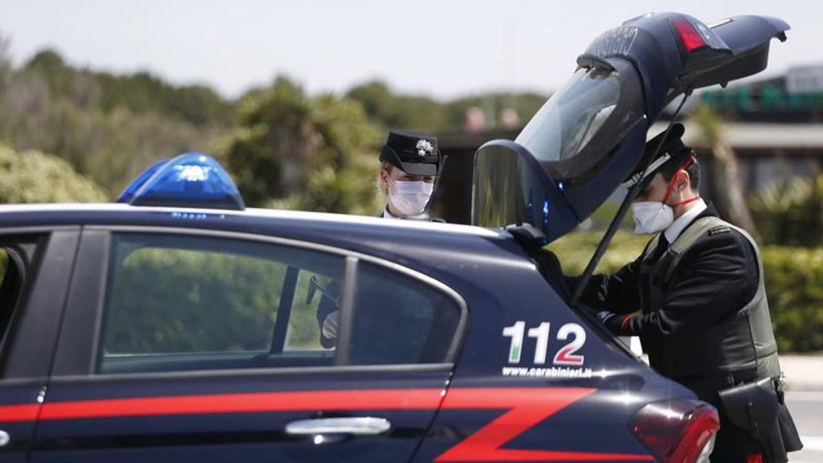 piedi sull'auto dei carabinieri per selfie denunciati sei minori
