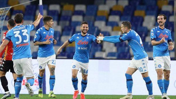 Il Napoli riparte: 2-0 al Benevento con Mertens e Politano