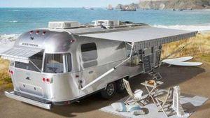 """Tempo di """"glamping"""": ecco la roulotte di Airstream e Pottery Barn"""