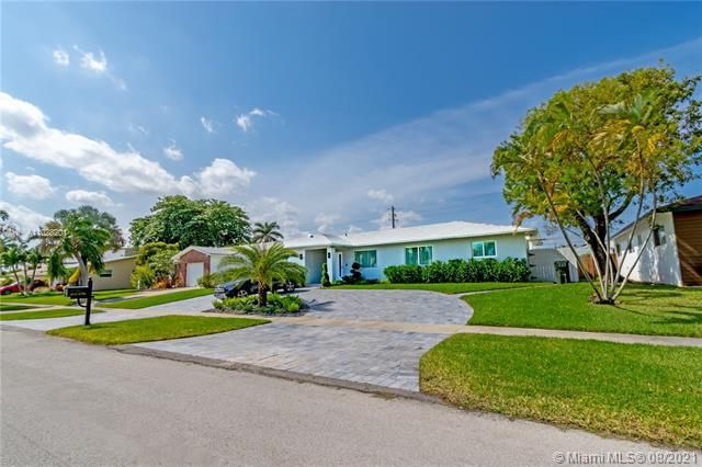 Ocean View Golf Add for Sale - 425 SE 3rd Pl, Dania 33004, photo 1 of 27