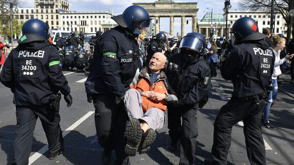Die Polizei hat in Berlin mehr als 150 Menschen bei Protesten gegen die Corona-P [...]