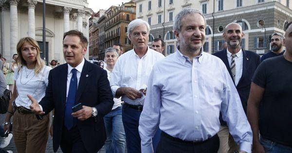 No green pass, parlamentari Lega in piazza a Roma: cori e vaffa contro Draghi | Video