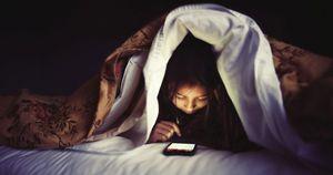 Giovani e cellulare, sei su dieci portano lo smartphone a letto: le conseguenze più temute