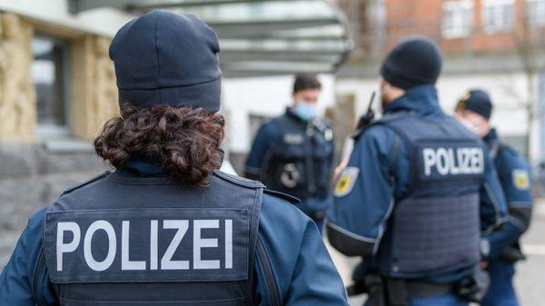 Bahn in NRW: Polizisten kontrollieren Mann am Bahnhof – plötzlich fällt ihnen sonderbarer Gegenstand auf