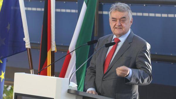 Corona in NRW: Innenminister Reul mit dringendem Appell! +++ Mehr Impfungen als geplant möglich +++