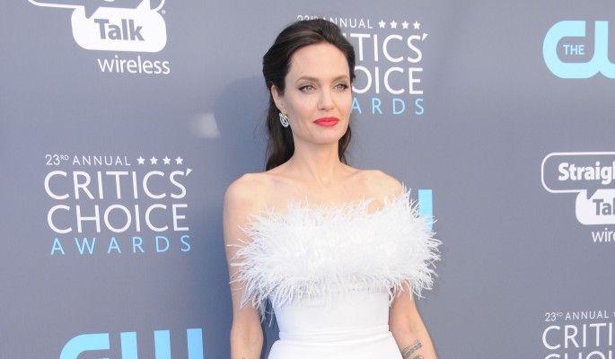 Джоли тайно выдали замуж за британского миллиардера