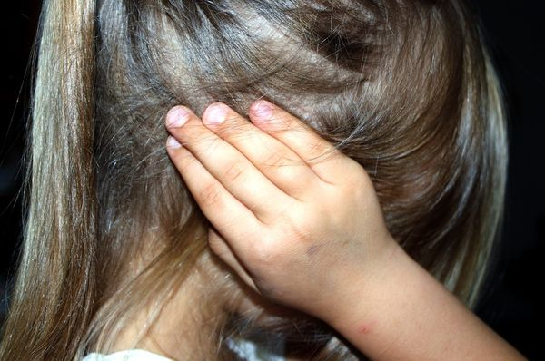Bambina di 11 anni scopre in casa i cadaveri dei genitori. La coppia era in quarantena per Covid