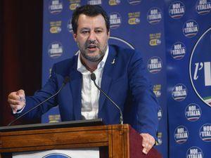 Lega, malumori sul certificato  Ma Salvini vira sui migranti