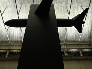 L'aereo di Cattelan si scontra con uno del 1985