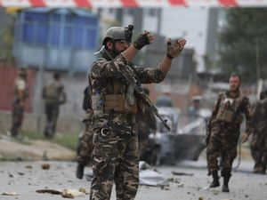 I talebani stringono d'assedio Kandahar. Decapitato un interprete: