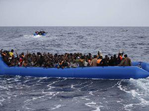 Nove clandestini su dieci restano in Italia