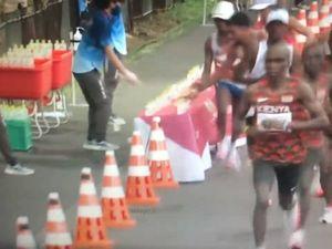 Il gesto choc del maratoneta: cosa fa agli avversari