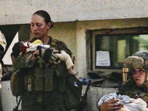 Morta Nicole, la marine che teneva il neonato in braccio