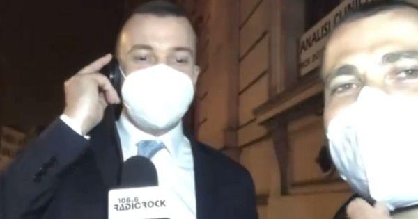 Rocco Casalino massacra Baglioni per fare la serenata a Conte. Il karaoke è un disastro