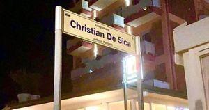 Christian De Sica fa gli scongiuri, il nome sul cartello del lungomare è sbagliato