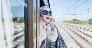 Cosa dice affacciata al finestrino, Madonna saluta la Puglia