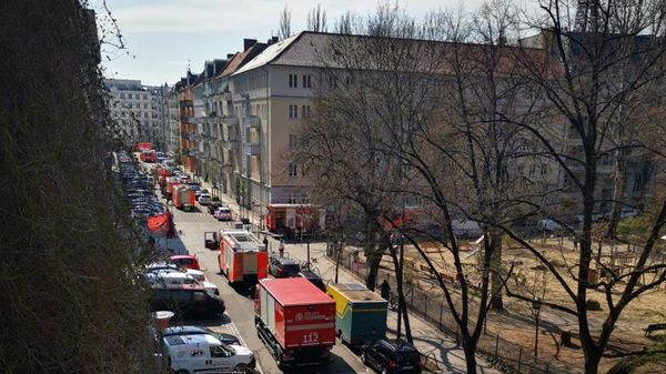 Friedrichshain: Feuerwehr löscht Feuer auf Dachgeschoss-Baustelle