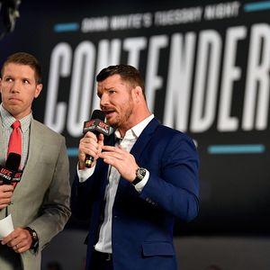 UFC коментатор се скри под масата от летящите бутилки