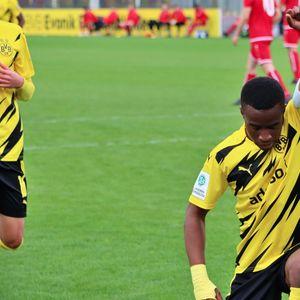 Чудото от школата на Дортмунд отговори на расистите с четири гола