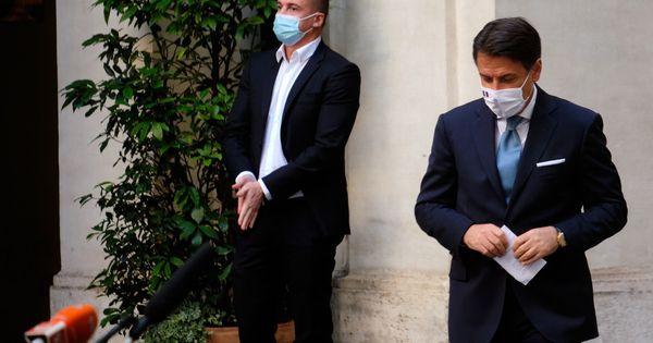 Sergio Mattarella irritato per la performance da artisti di strada. Conte ministro con Draghi, salta tutto?