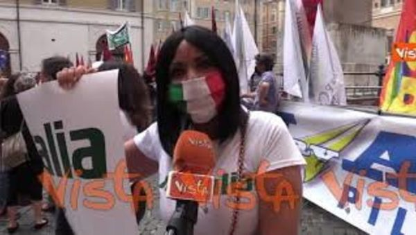 """""""Vogliamo solo lavorare"""". Le voci dei lavoratori di Alitalia alla protesta di Montecitorio"""