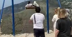 Daghestan, la corda dell'altalena si spezza sul canyon alto 2mila metri: un video terrificante, immagini forti