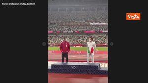Tokyo 2020, Tamberi e Barshim: lo scambio di medaglie d'oro sul podio, il gesto di due amici veri