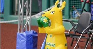 Tokyo 2020, australiani impazziti per la mascotte rubata: letti distrutti e buco nel muro, choc al villaggio olimpico