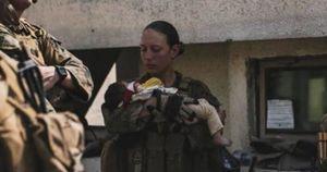 Afghanistan, la foto della marine americana Nicole Gee con un bimbo afghano: