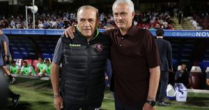 Salernitana, Fabrizio Castori vive un dramma. La foto con Mourinho, poi la corsa all'ospedale: la moglie ha avuto un malore allo stadio