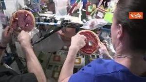 La pizza nello spazio? Ecco come si prepara: il video girato dagli astronauti che ha dell'incredibile