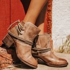 Prix de gros Women Retro Pointed Toe Strappy Chunky Heel Ankle Boots