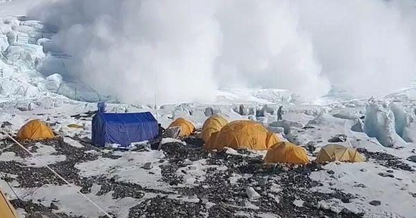 Riesige Lawine am Mount Everest rast auf Camp zu