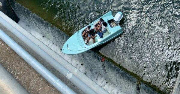 Bug über Abgrund: Boot in Texas hing über Damm